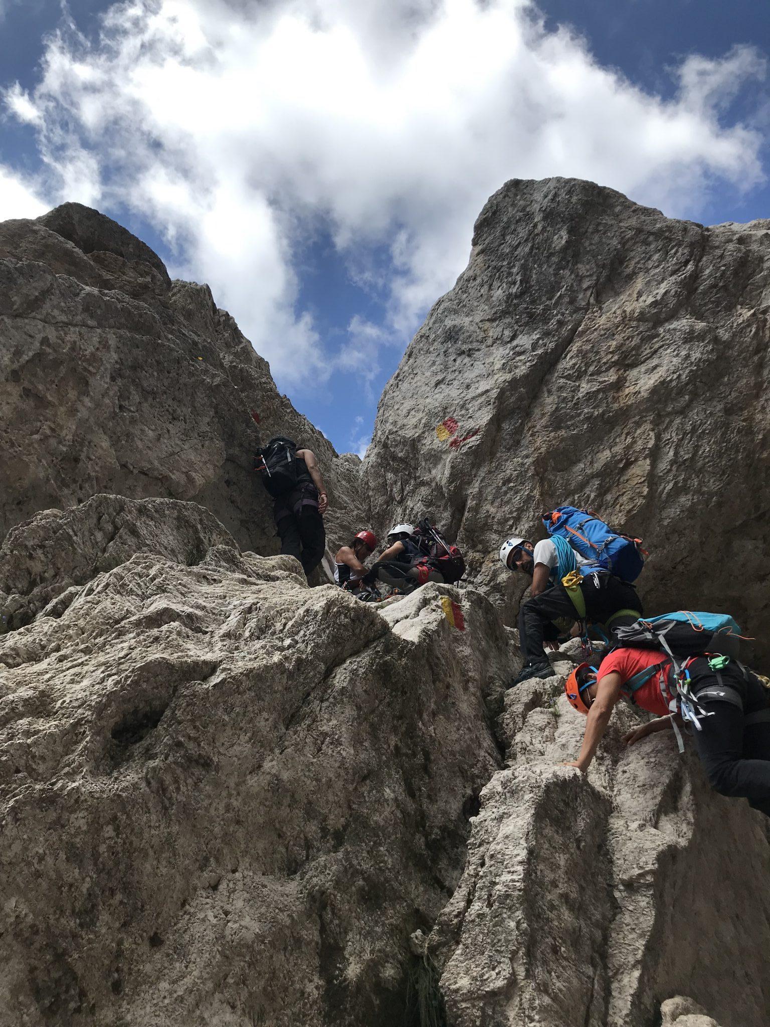 Passaggio sotto rocce incastrate