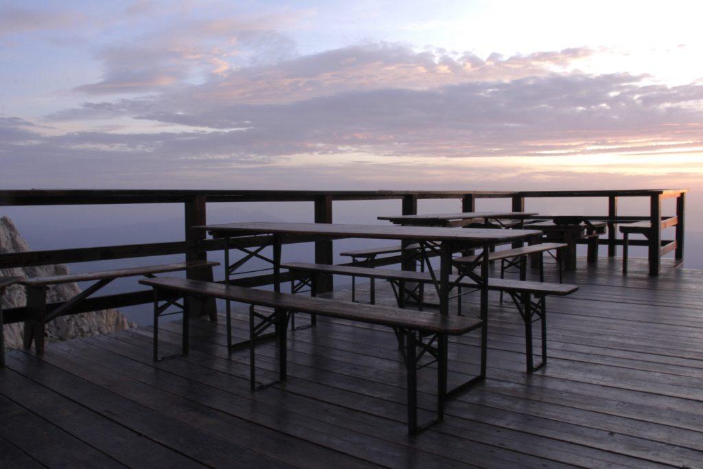 I tavoli del rifugio Franchetti.  Foto di Rachele Castellucci
